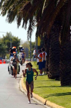 图文:女子铁人三项赛 运动员在跑步比赛中