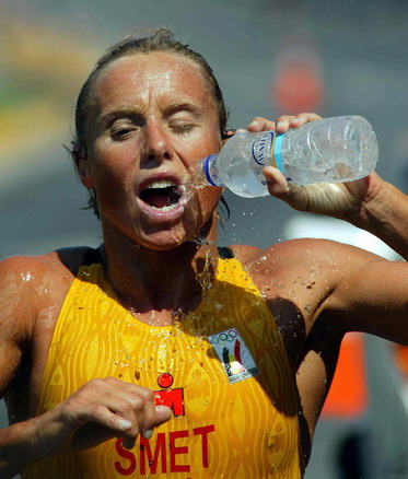 图文:女子铁人三项赛 运动员在跑步比赛中(3)