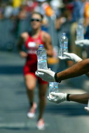 图文:女子铁人三项赛 运动员在跑步比赛中(4)