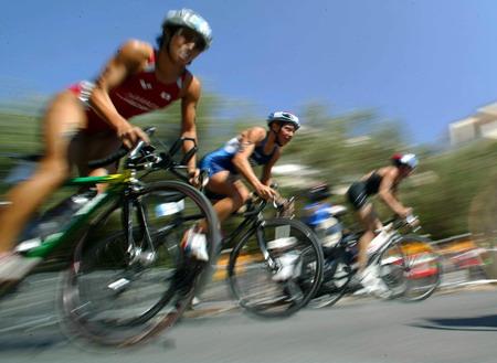 图文:女子铁人三项赛 运动员在自行车比赛中