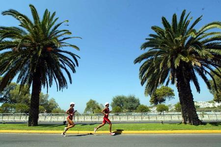 图文:女子铁人三项 运动员在跑步比赛中(5)
