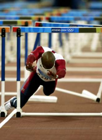 图文:男子110米栏比赛 约翰逊失误倒地