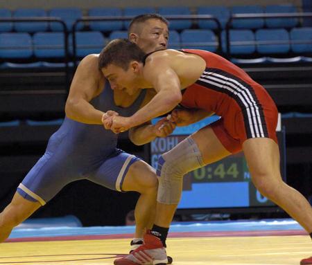 图文:中国选手出战男子古典式摔跤预赛