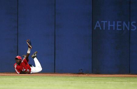 图文:25日棒球比赛飞身救险