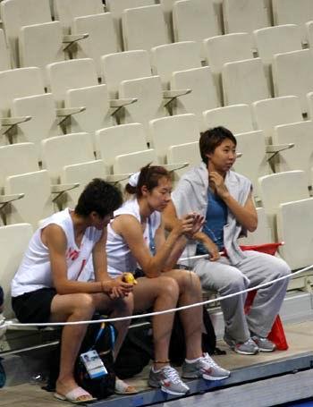 图文:女篮姑娘为男篮助威