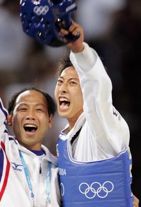 图文:男子58公斤级跆拳道 教练和朱木炎庆祝