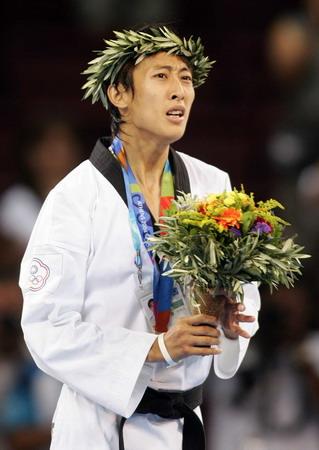 图文:男子58公斤级跆拳道 朱木炎在领奖台上