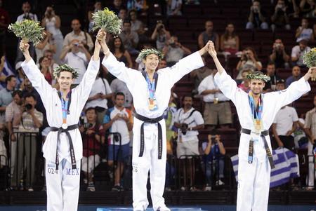 图文:男子58公斤级跆拳道 获奖牌选手在领奖台