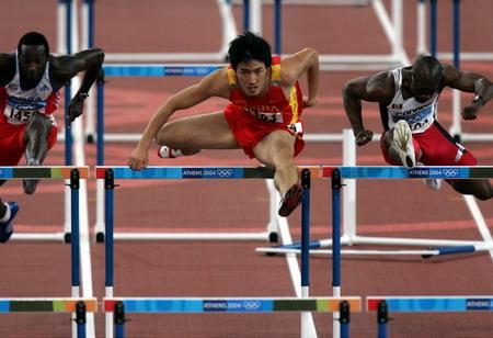 图文:男子110米栏半决赛 刘翔在比赛中
