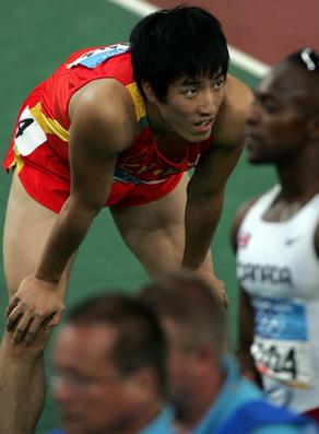 图文:男子110米栏半决赛 刘翔比赛后等待结果
