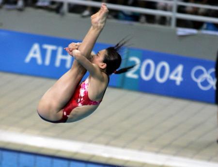 图文:女子跳水三米板决赛 吴敏霞在比赛中