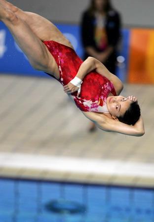 图文:女子跳水三米板决赛 郭晶晶在比赛中