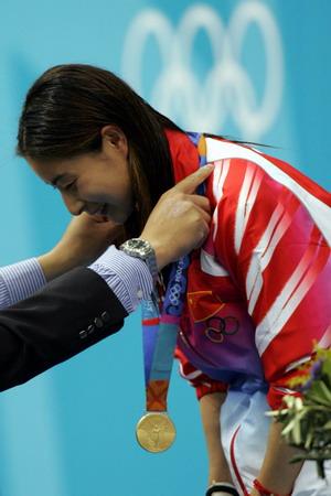 图文:女子跳水三米板决赛 郭晶晶领取金牌