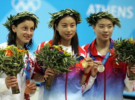 图文:女子跳水三米板决赛 获奖牌选手一起合影