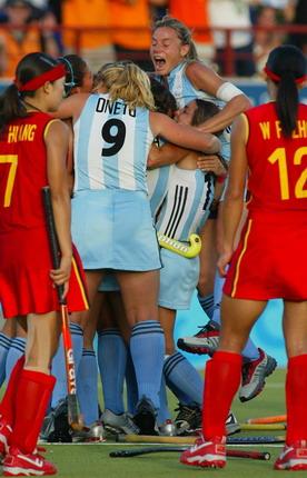 图文:女曲争夺铜牌之战 阿根廷队员庆祝胜利