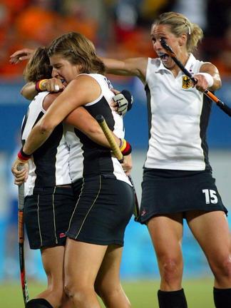 图文:女子曲棍球决赛 德国获胜后队员庆祝