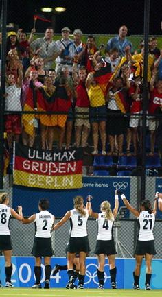 图文:女子曲棍球决赛 德国获胜后向球迷致谢
