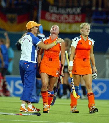 图文:女子曲棍球决赛 失利后沮丧的荷兰姑娘