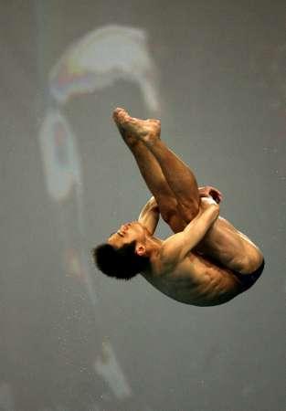 图文:男子10米台预赛 胡佳展示空中姿态