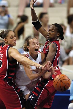 图文:女子篮球半决赛 双人防守-2004雅典奥运会