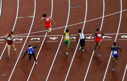图文:男子110米栏决赛 刘翔撞线
