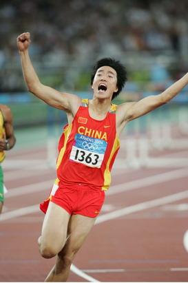 图文:男子110米栏决赛 刘翔冲线后欢呼