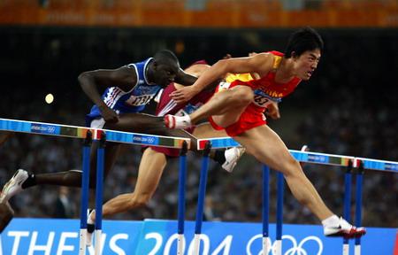 图文:男子110米栏决赛 刘翔领先跨过最后一栏