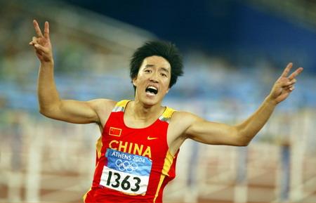 图文:男子110米栏决赛 刘翔打出胜利的手势