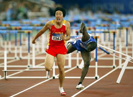 图文:男子110米栏决赛 刘翔甩掉跟随的对手