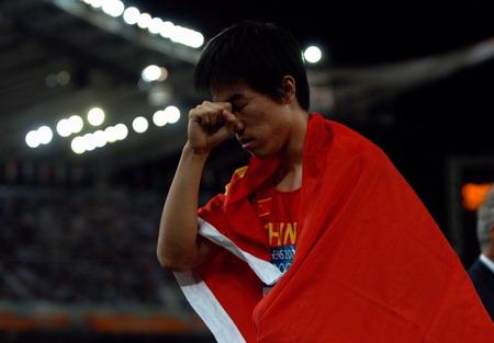 图文:男子110米栏决赛 刘翔为自己获胜兴奋