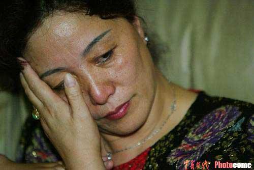 图文:家人邻居齐庆贺 刘翔的母亲喜极而泣