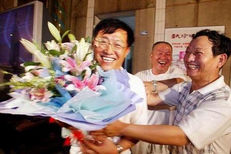 图文:刘翔夺冠书写历史 刘翔家人受到祝贺