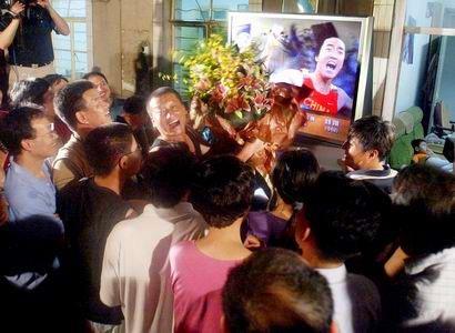 图文:刘翔夺冠书写历史 家人和朋友们观看决赛