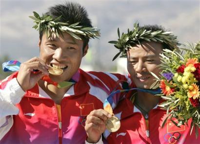 图文:中国双人划艇500米摘金 口咬金牌