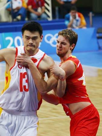 图文:中国男篮76-92负西班牙 姚明对抗加索尔