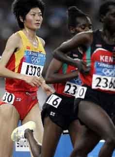 图文:夺取女子万米冠军的邢慧娜