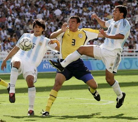 图文:男足决赛 阿根廷和巴拉圭队员场上拼抢