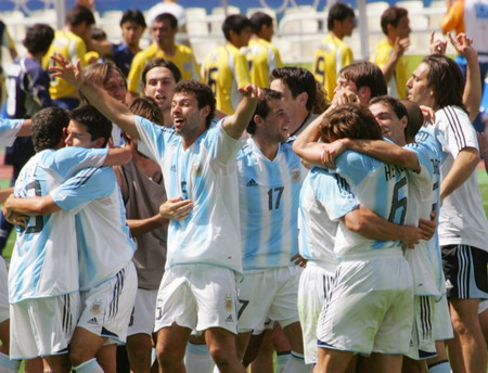 图文:男足决赛 阿根廷全队一起庆祝胜利