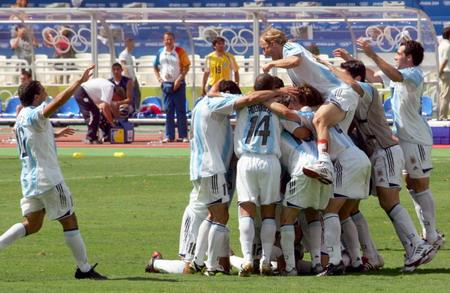 图文:男足决赛 特维斯与全队一起庆祝胜利