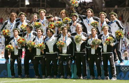 图文:男足决赛 阿根廷全队一起领取金牌