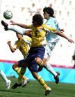 图文:男足阿根廷夺冠 在场上拼抢