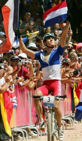 图文:山地自行车越野赛 法国阿布萨隆获得冠军