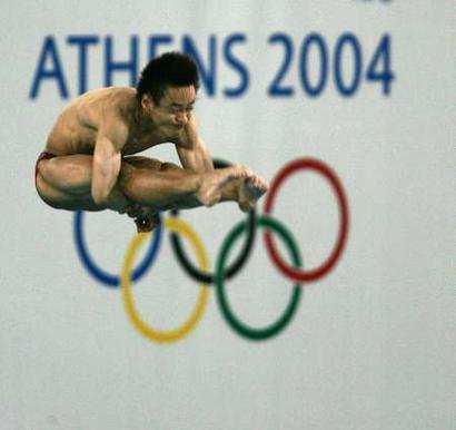 图文:男子十米台跳决赛 胡佳在比赛中