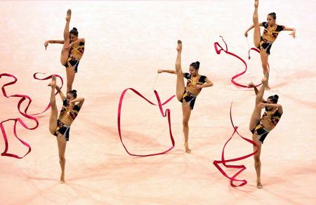 图文:艺术体操全能比赛 中国队在比赛中