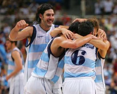 图文:男篮决赛阿根廷夺冠 欢庆胜利-2004雅典奥运会