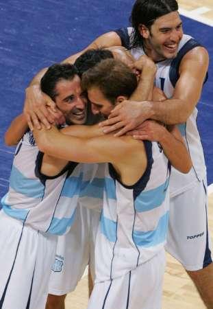 图文:男篮决赛阿根廷夺冠 拥抱欢庆胜利