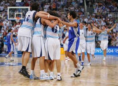 图文:男篮决赛阿根廷夺冠 队员欢庆胜利