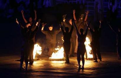 图文:雅典奥运会闭幕式表演 丰收的篝火