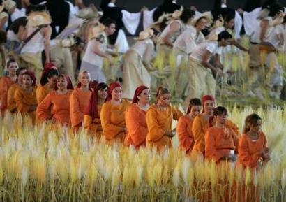 图文:雅典奥运会闭幕式表演 丰收的稻田