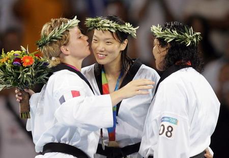 图文:女子67公斤级跆拳 获奖选手祝贺陈中